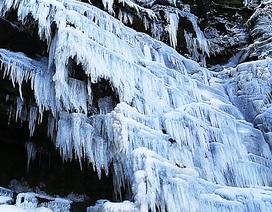 Ngỡ ngàng trước cảnh cả thác nước bị đóng băng