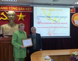 Hội Khuyến học trao tặng Kỷ niệm chương tới Trưởng đại diện UNESCO tại Việt Nam