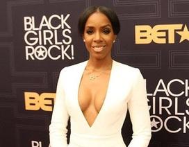 Cựu thành viên nhóm Destiny's Child diện áo xẻ ngực táo bạo