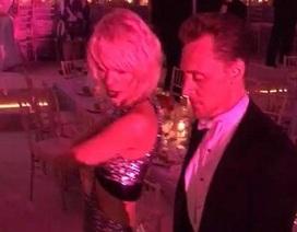 """Taylor Swift lộ ảnh nhảy nhót """"tung trời"""" cùng """"Loki"""" Tom Hiddleston"""