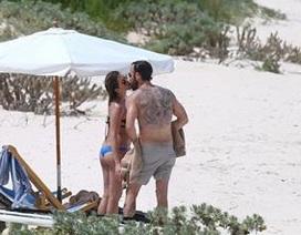Diện bikini bốc lửa, Jennifer Aniston bất ngờ dính nghi án bầu bí