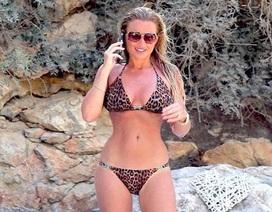 """Ngôi sao truyền hình nước Anh diện bikini """"đốt cháy"""" bãi biển"""