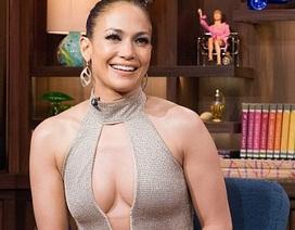 Jennifer Lopez mặc váy xẻ bạo trên truyền hình