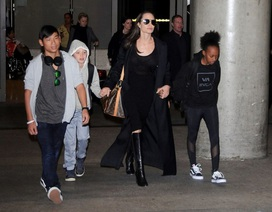 """Pax Thiên """"hộ tống"""" mẹ Jolie và các em tại sân bay"""