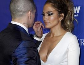 Jennifer Lopez phủ nhận tin đồn đính hôn với phi công trẻ