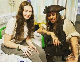 """Johnny Depp bất ngờ hóa """"cướp biển"""" tới thăm bệnh nhi"""