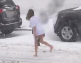 Cô gái gây sốc khi không mặc quần đi ra ngoài giữa bão tuyết