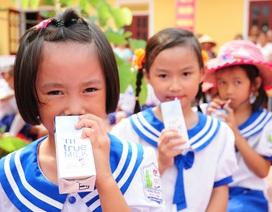 """Sữa học đường: Ưu tiên hàng đầu cho những """"công dân nhí"""""""