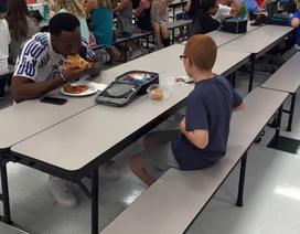 Cảm động bức ảnh ngôi sao thể thao ăn trưa cùng cậu bé tự kỷ