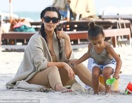 Cô Kim đưa con đi nghỉ mát