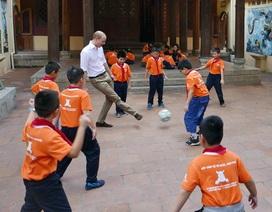 Hoàng tử Anh William đá bóng cùng học sinh Việt Nam