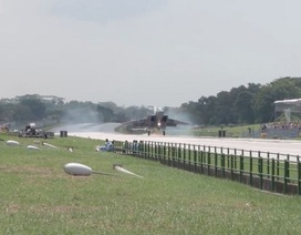 Xem chiến đấu cơ Singapore tập cất cánh trên đường cao tốc