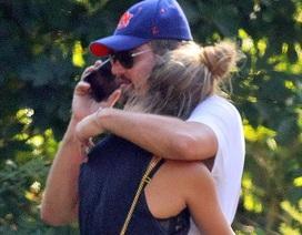 Leonardo DiCaprio ôm chặt bạn gái kém 18 tuổi trên phố