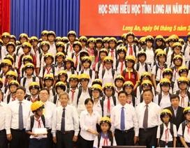 Long An: Trao 400 suất học bổng tới học sinh nghèo hiếu học