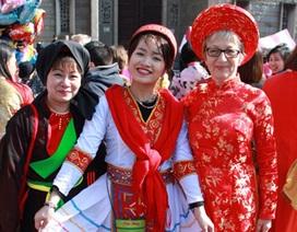 """Cô bạn xinh xắn phụ trách đội Việt Nam  tại carnaval Lorient """"hoành tráng"""""""