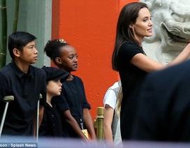 Pax Thiên chống nạng đi cổ vũ mẹ Angelina Jolie