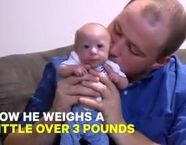Gặp gỡ em bé 7 tháng nhỏ như trẻ sơ sinh