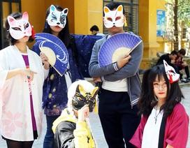 Bạn trẻ Hà thành đeo mặt nạ dự lễ hội Nhật Bản