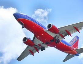 Máy bay chở hơn 100 người nổ động cơ giữa trời