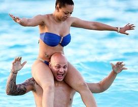 Vợ chồng cựu thành viên Spice Girls tưng bừng đùa nghịch trên biển