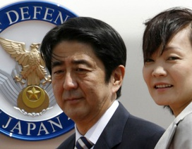 Phu nhân Thủ tướng Nhật gặp những người biểu tình phản đối chính phủ