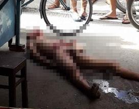 Một thanh niên tự cởi hết quần áo rồi dùng dao đâm thủng ruột