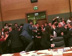"""Nghị sỹ Thổ Nhĩ Kỳ """"choảng"""" nhau giữa phiên họp quốc hội"""