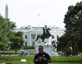"""""""Vật thể lạ"""" xuất hiện bên ngoài Nhà Trắng"""