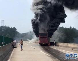 Xe khách Trung Quốc bốc cháy ngùn ngụt, 35 người thiệt mạng