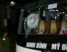 Hai thanh niên chở cả ba lô đá đi ném xe khách, 2 người bị thương