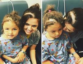 Mẹ cạo đầu để động viên con điều trị ung thư