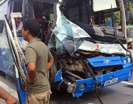 Xe tải dìu xe khách mất phanh lao đèo thoát tai nạn thảm khốc