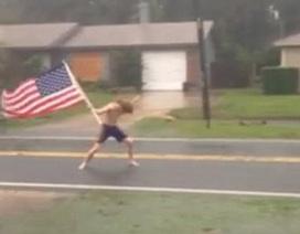 """Dân mạng phát sốt với video """"người hùng"""" mang cờ Mỹ đối mặt với bão Matthew"""