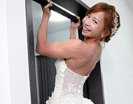 """Cô dâu """"khỏe nhất thế giới"""" làm khách mời choáng váng với màn mặc áo cưới đu xà"""