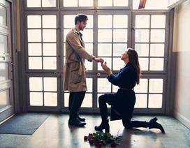 Ngược đời cô gái quỳ gối cầu hôn bạn trai