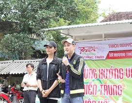 Trương Thị May, Nguyên Vũ cùng Ẩm thực Trần trao quà 300 triệu đồng cho bà con vùng lũ