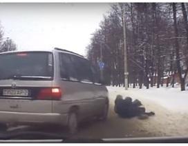 Cảnh sát lấy thân mình che cho cậu bé khỏi bị ôtô đâm