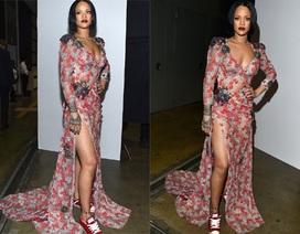 Rihanna lộ chân thon với váy xẻ cao