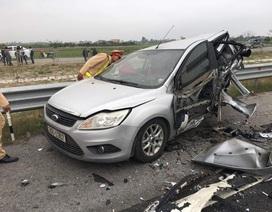 Xe Mercedes đâm nát bét xe Ford, 1 người tử vong