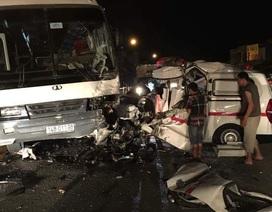 Xe cứu thương đâm xe chở công nhân, 6 người gặp nạn