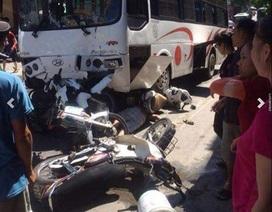 Ô tô đâm 4 xe máy, nhiều người nhập viện