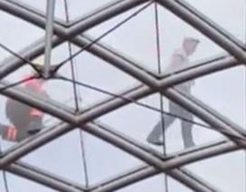 Nhậu say, leo lên mái nhà kính cao 22m để ngủ