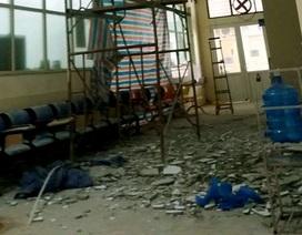 Mảng vữa lớn trong Bệnh viện Nhi rơi trúng một phụ nữ bế con nhỏ