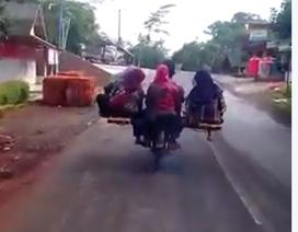 """Choáng với cảnh xe máy """"kẹp 9"""" ở Indonesia"""