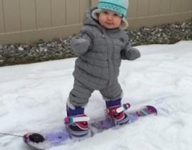 """Thú vị cảnh bé gái 1 tuổi trượt tuyết như """"dân chuyên nghiệp"""""""