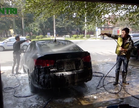 Rửa xe, đánh giày kiếm bộn ngày cuối năm