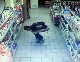 """Ngao ngán cảnh người đàn ông """"phóng uế"""" trong siêu thị"""