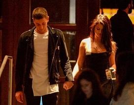 Selena Gomez nắm tay trai đẹp, Justin Bieber lại cô đơn