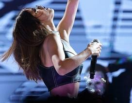 Selena Gomez bốc lửa trên sân khấu
