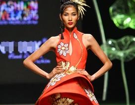 Quán quân Vietnam's Next Top diện váy dát vàng